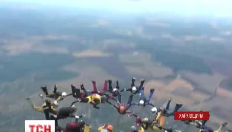 25 українських парашутисток у повітрі склали найчисельнішу жіночу фігуру