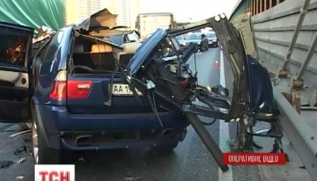 У Києві на Південному мосту позашляховик BMW врізався в армійську вантажівку