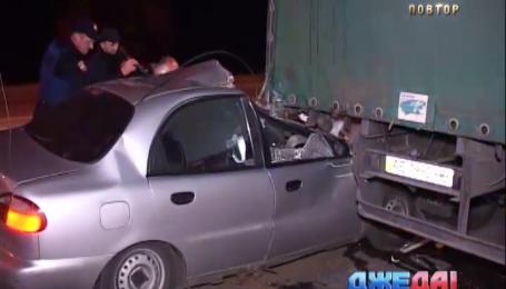В столице неуправляемая легковушка влетела в грузовик