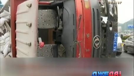 В Китае бензовоз протаранил машины, которые стояли в пробке