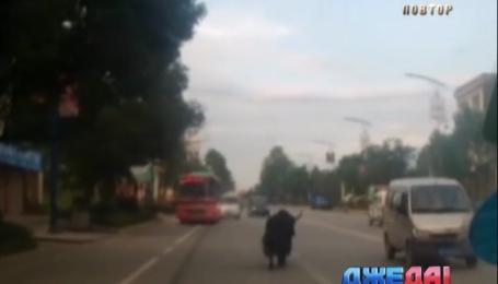 Безумный як бушевал на дороге в Китае