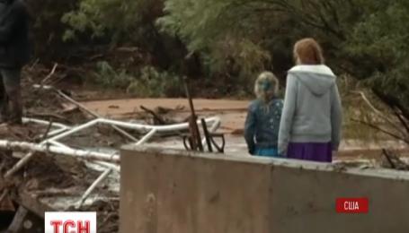 В американском штате Юта грязный поток воды смыл сразу три автомобиля