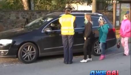 Немецкие полицейские вместе с детьми проводят воспитательную работу с водителями