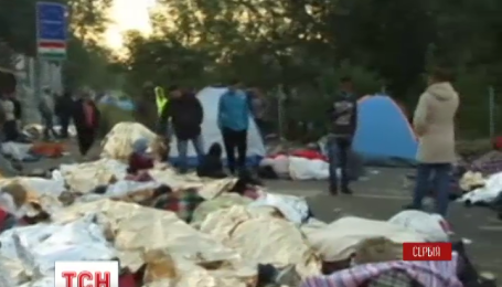 Сльозогінним газом і водометами по мігрантах вдарила угорська поліція