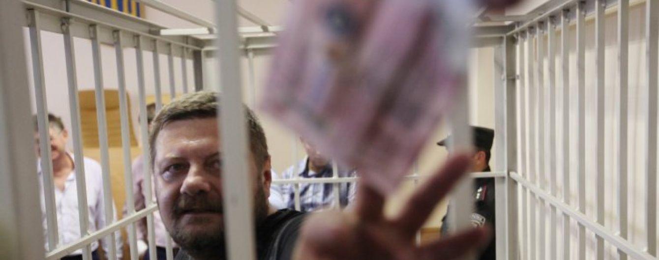 В Сети появилось видео, как вооруженный Мосийчук ставил на колени гаишников