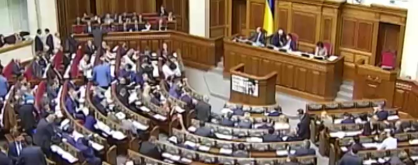 Парламент переніс ухвалення закону про фінансову реструктуризацію на 2016 рік