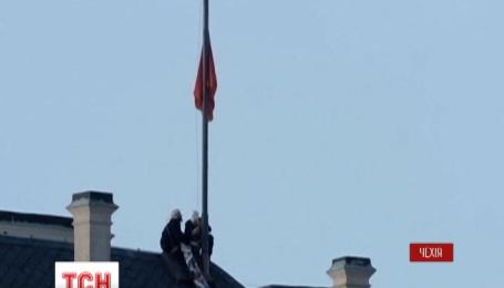 Над резиденцией президента Чехии повесили огромные красные трусы