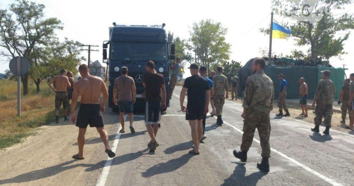 Активисты развернули фуру, которая пыталась их протаранить. @ 0564.ua