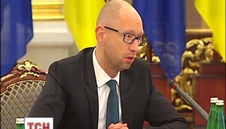 Украина не нуждается в наступательном оружии - Яценюк