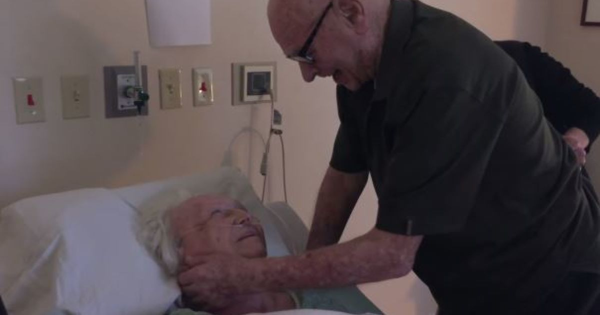 Пользователей Сети растрогало видео с дедушкой, который поет своей 93-летней жене