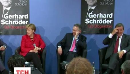 Ангела Меркель особисто представила нову книгу про свого екс-опонента Шредера