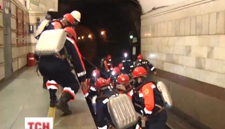 Цієї ночі у київському метро рятувальники вчилися ліквідовувати наслідки теракту