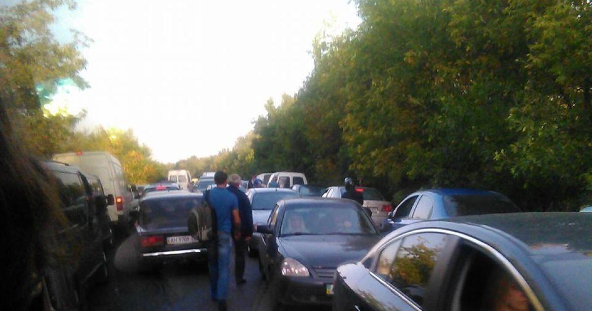 Машини чекають своєї черги виїхати із окупованих територій @ Фото із соцмереж