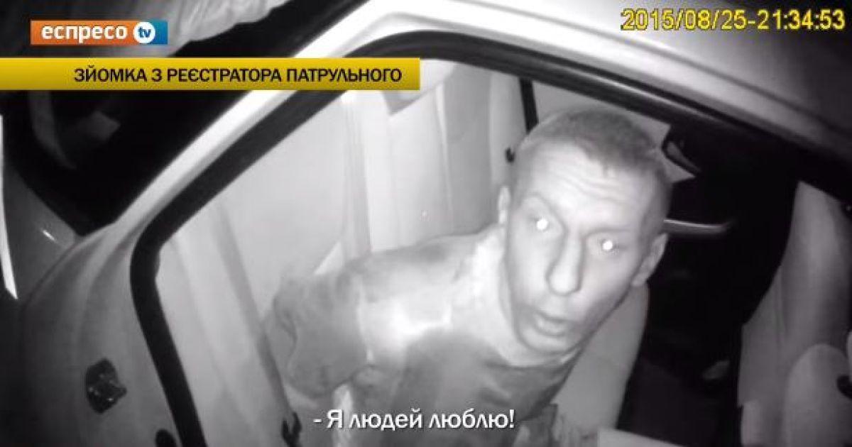 """В Киеве молодчики """"под мухой"""" с кулаками бросились на полисвумен"""
