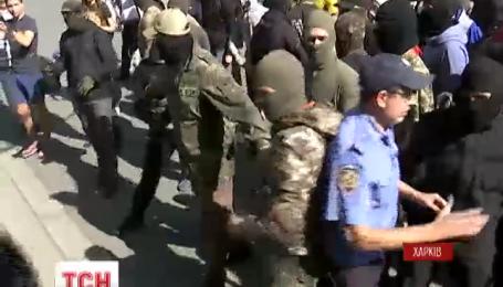 В Харькове неизвестные в балаклавах штурмовали дом Добкина