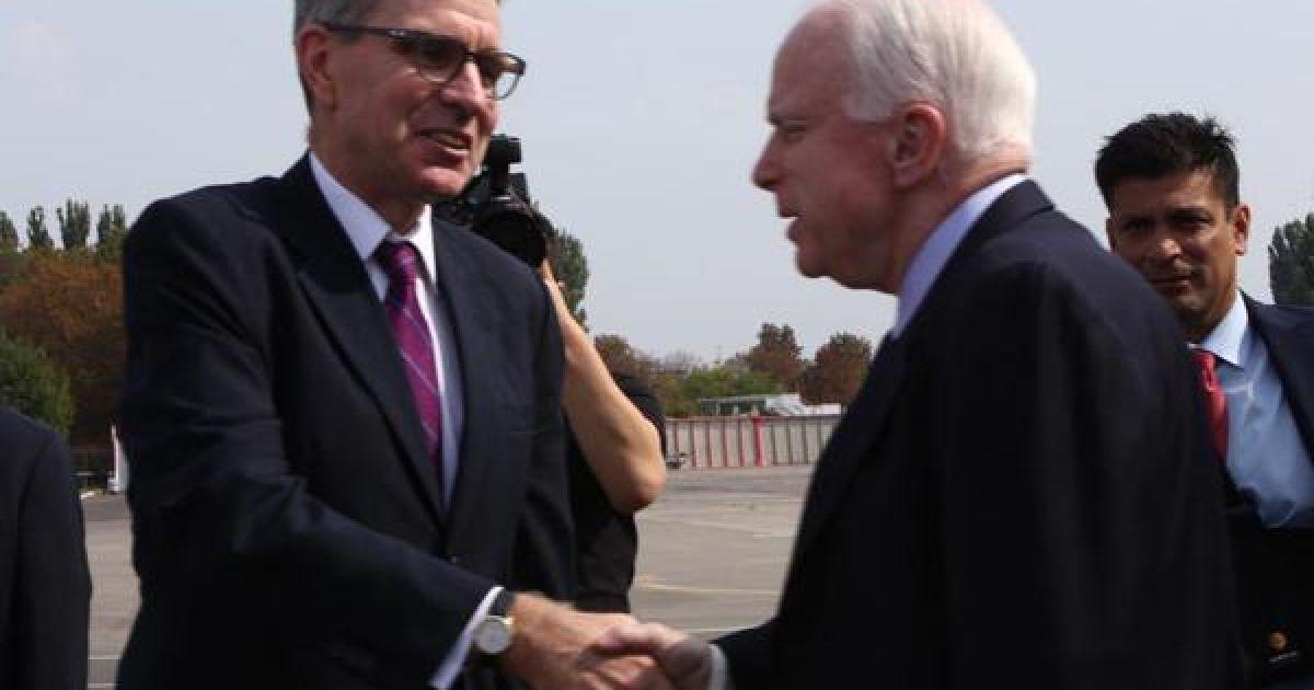 Сенатор Маккейн прилетів до Одеси