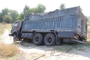На Чернігівщині міліціонери затримали замасковані під зерновози вантажівки з краденою нафтою