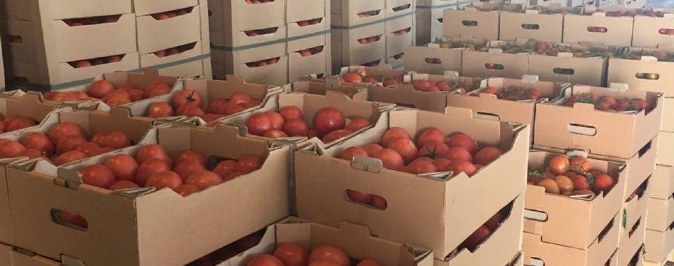 """""""Похорони"""" томатів. У Криму закопали тонни санкційних овочів з Туреччини"""