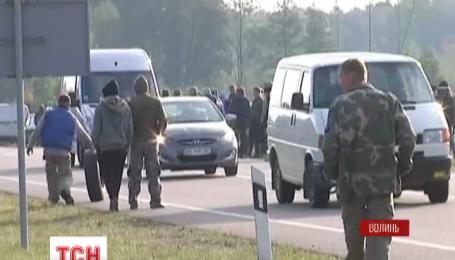 Сотрудники милиции держат под охраной эпицентр янтарного скандала на Волыни