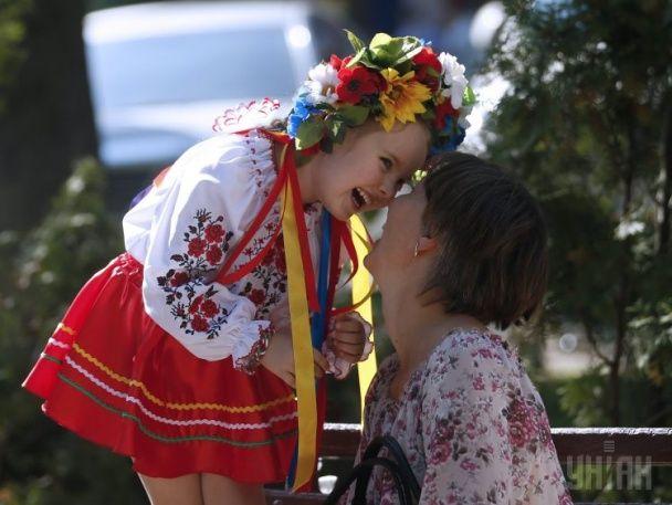 Тисячі українців у барвистих вишиванках вийшли на Мегамарш