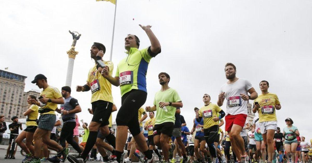 Учасники шостого Київського міжнародного марафону Wizz Air Kyiv City Marathon 2015 під час забігу на дистанцію 42, 195 км в Києві. @ УНІАН