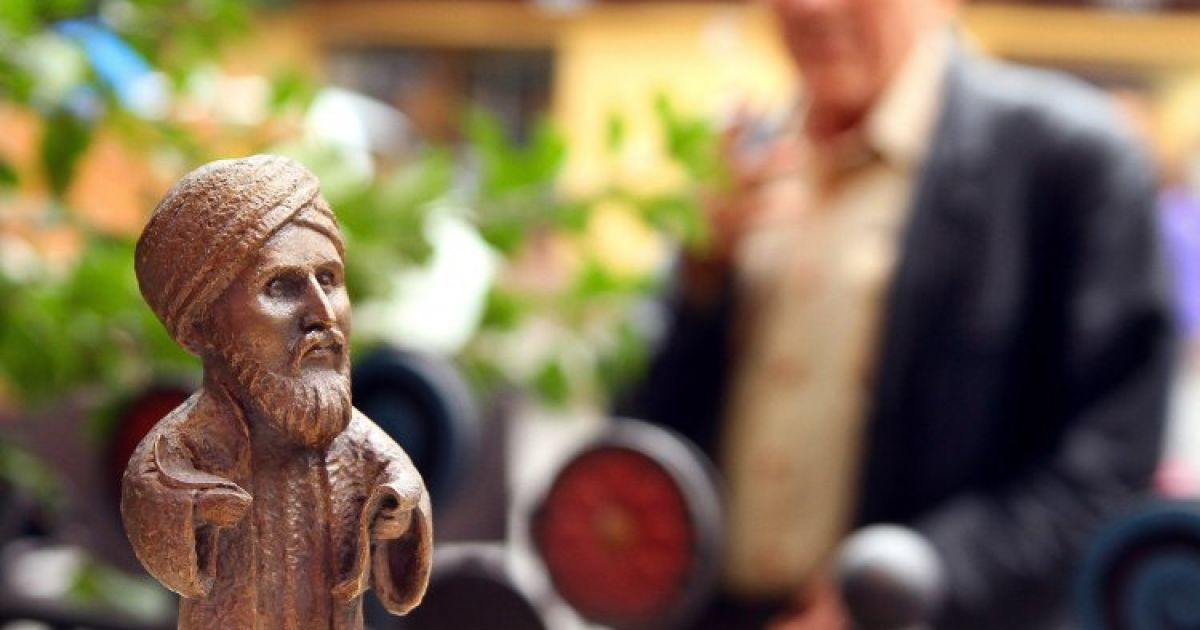 В Ужгороді відкрили міні-пам'ятник арабському мандрівнику-картографу Мухаммеду аль-Ідрісі. У 1154 році він створив карту Європи, в якій згадав про Ужгород. @ УНІАН