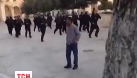 На Храмовой горе в Иерусалиме продолжаются столкновения между арабской молодежью и полицией