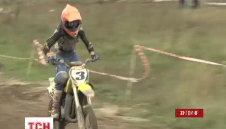 Более ста мотоциклистов приняли участие в традиционном мотокроссе имени Королева в Житомире