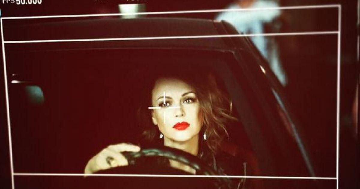 Ирина Безрукова примерила яркий образ в фотосете @ instagram.com/bezirina
