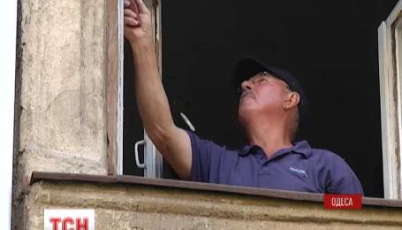 В Одессе восстанавливают жилые дома после вчерашнего теракта