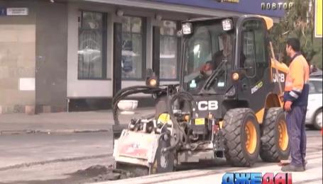 В Киеве ремонтируют отремонтированную дорогу