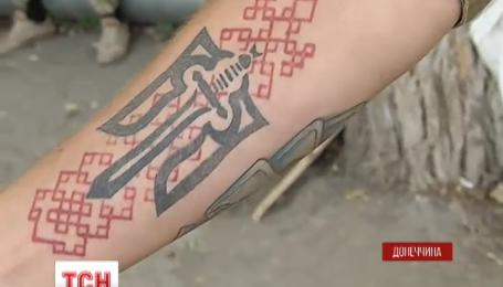 Украинские бойцы стали чаще «рисовать» на теле патриотические татуировки