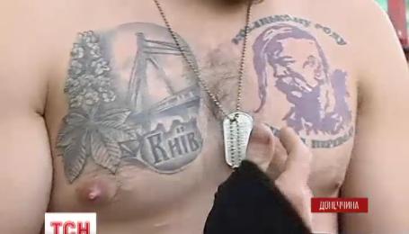 На коже украинских бойцов все чаще можно увидеть патриотические татуировки