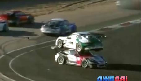 Как автогонщик на соревнованиях оседлал соперника