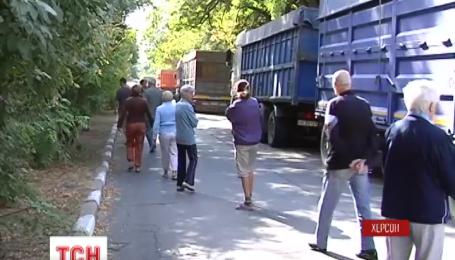 Жители Херсона протестуют против фур, заполонивших центр города