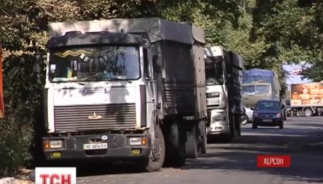 Жители центра  Херсона решили бороться с движением грузовиков под своими домами