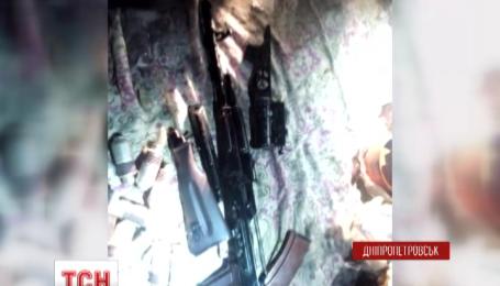 На в'їзді до Дніпропетровська затримали мікроавтобус, нашпигований зброєю