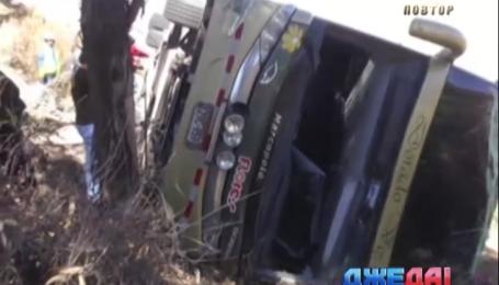 Десять пассажиров автобуса погибли в Перу в результате падения автобуса в овраг