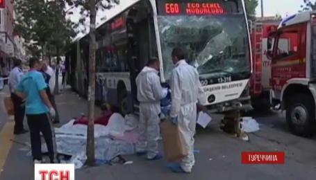 У центрі Анкари пасажирський автобус в'їхав у переповнену людьми зупинку