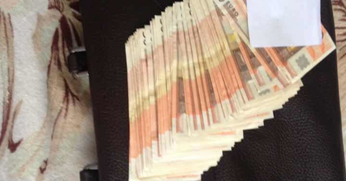 У бывшего директора бронетанкового завода дома нашли деньги на ремонт техники @ Facebook / Анатолий Матиос
