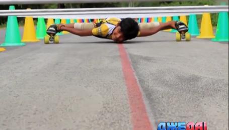 Восьмилетний мальчик проехал на роликах под 53 автомобилями