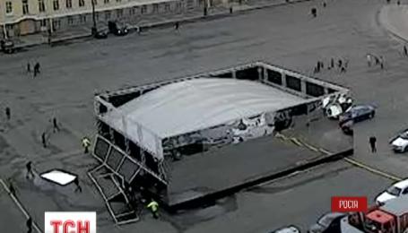 В Петербурге стена зеркального куба упала на прохожих