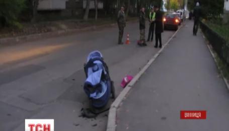 У Вінниці жінка на іномарці збила одразу двох матерів з немовлятами