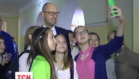 Сьогодні прем'єр-міністр Арсеній Яценюк завітав з квітами до столичної школи