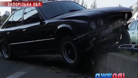 В Запорожье BMW пятой модели влетел в отбойник