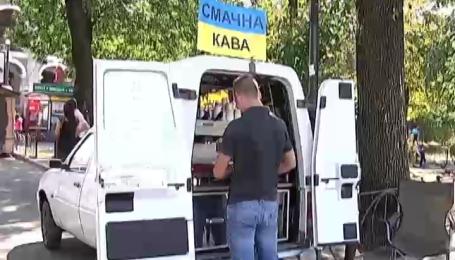 Журналісти без жодних дозволів поставили мобільну кав'ярню прямо під вікнами у мера Києва