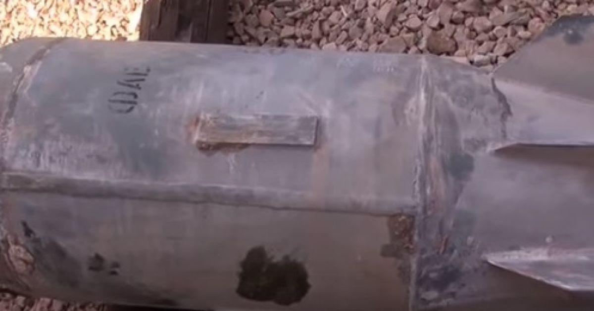 В Сети показали видео с неразорвавшейся бомбой, которую РФ бросила на Сирию