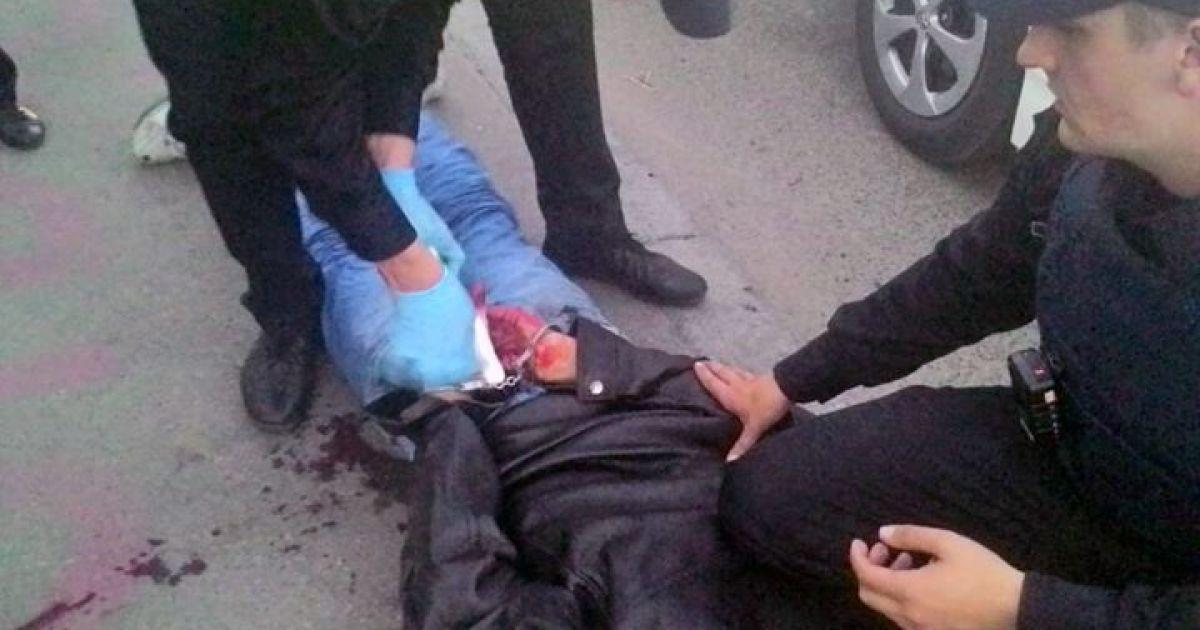 Полісмени Києва затримали закривавленого чоловіка, який поранив двох людей