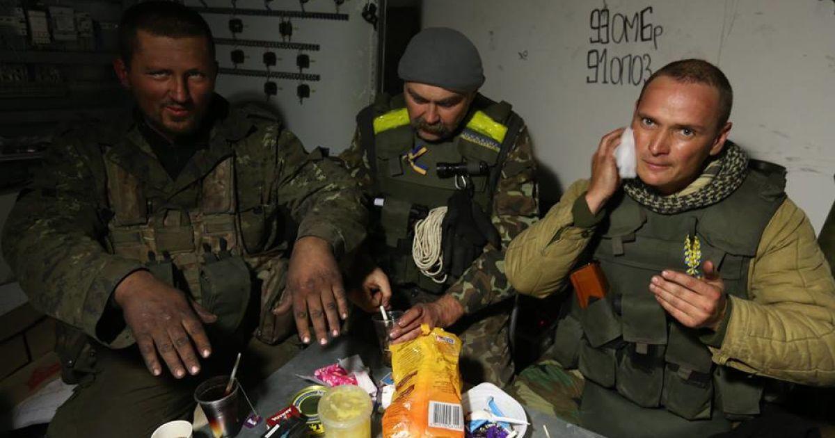 На світлинах - мужні захисники Донецького аеропорту.