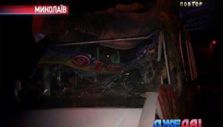 В Николаеве мужчина на грузовике врезался в переполненную маршрутку